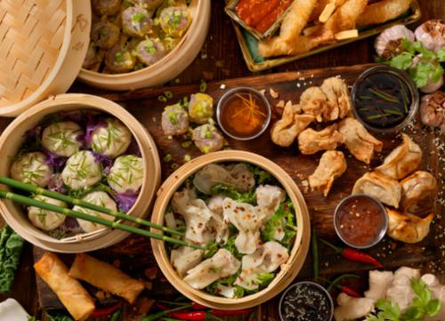 Foto de mesa llena con diferentes tipos de comida china tradicional