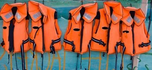 imagen de chalecos salvavidas color naranja