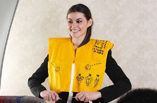 mujer con chaleco salvavidas color amarillo