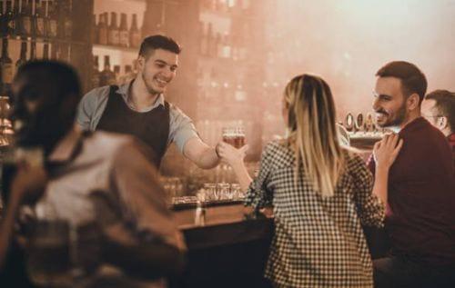Que hace un barman o bartender, es la persona encargada del bar, el que prepara bebidas