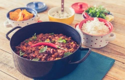 Cazuela de arroz con carne de res, comida mexicana