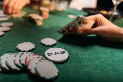manos jugando porker con cartas y fichas