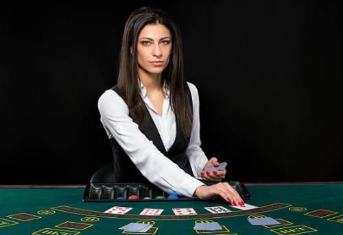 mujer dealer en mesa de black jack