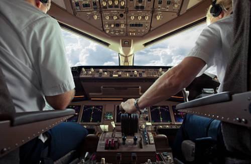 cabina de pilotos aviadores en pleno vuelo