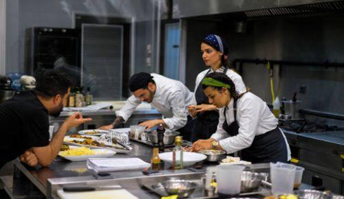 Egresados de escuela de gastronomia cocinando platillos en restaurantes