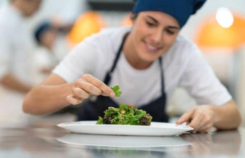 Chefs de escuela de gastronomia decorando platillos deliciosos de comida vegana
