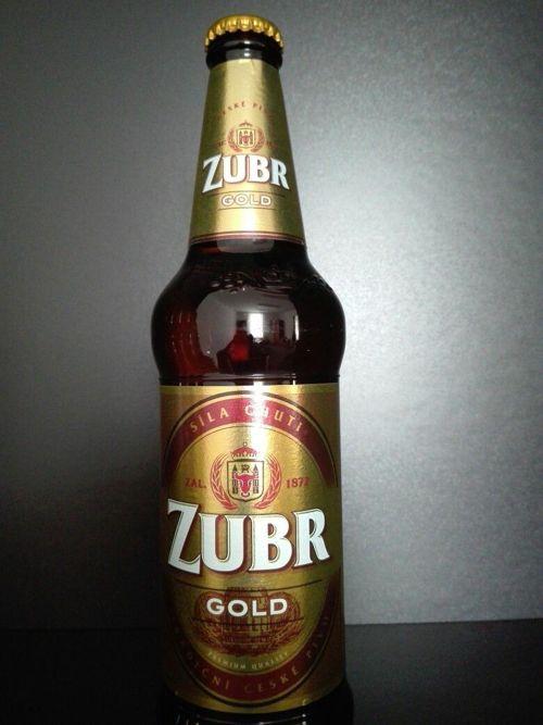 la botella de verveza Zubr Gold mejor cerveza del mundo