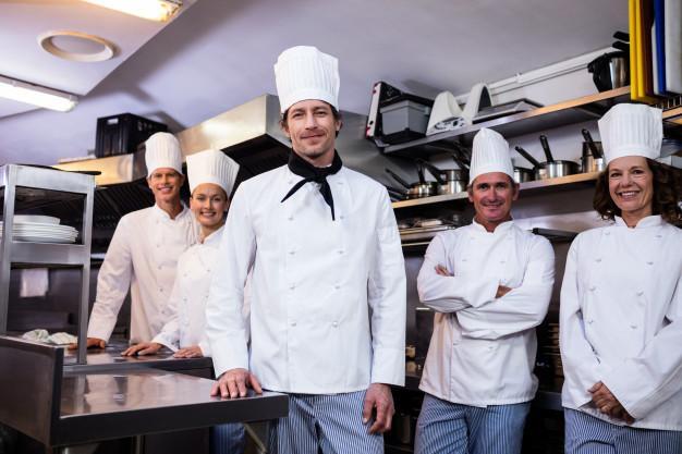 Chefs preparandose en la Brigada de Cocina